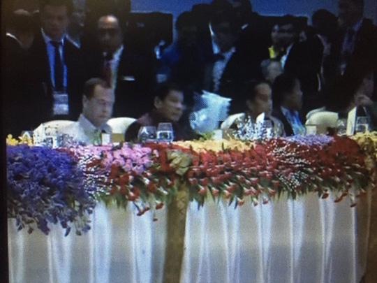 Tổng thống Duterte ngồi giữa Thủ tướng Nga Dmitry Medvedev (trái) và Tổng thống Indonesia Joko Widodo (phải). Ảnh: Twitter