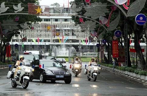 Không mang xe riêng, Tổng thống Pháp di chuyển bằng xe gì tại Việt Nam? - ảnh 4
