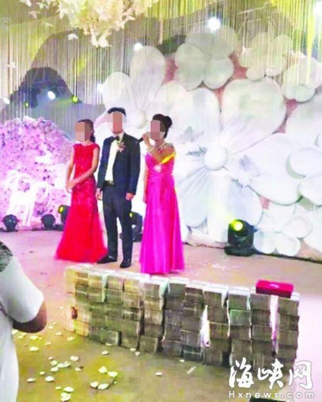 Nhà trai mang hẳn 20 tỷ tiền mặt lên sân khấu tặng cô dâu nhân ngày cưới - Ảnh 1.