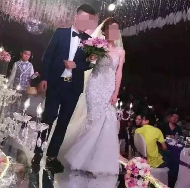 Nhà trai mang hẳn 20 tỷ tiền mặt lên sân khấu tặng cô dâu nhân ngày cưới - Ảnh 4.