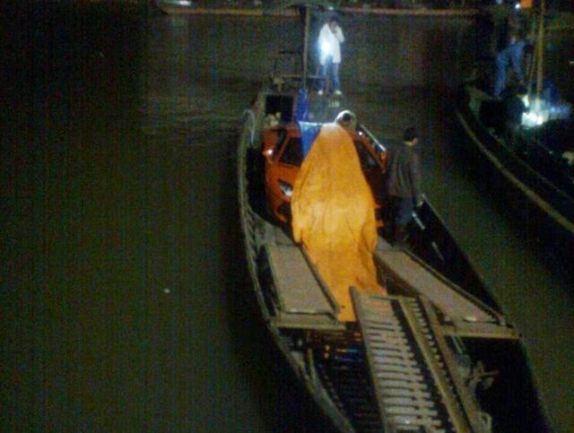 Siêu xe Lamborghini Aventador LP700-4 được vận chuyển qua sông bằng đò vào tháng 11/2012 từng gây chấn động giới truyền thông Việt cũng như các trang tin thế giới. Làm sao đưa siêu xe xuống đò là câu hỏi nhiều người đặt ra khi ấy.