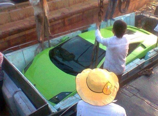 Bức ảnh này sẽ lý giải vì sao những chiếc siêu xe Lamborghini có thể được cẩu xuống đò một cách tài tình đến vậy. Trong ảnh là chiếc Lamborghini Gallardo.