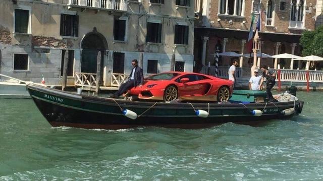 Lamborghini Aventador Miura Hommage với số lượng cực hiếm 50 chiếc được sản xuất trên toàn thế giới vừa gây bão truyền thông quốc tế bằng màn vận chuyển lơ lững trên sông tại Venezia, Ý. Tuy nhiên cách đưa đò này giàu chất thơ hơn và có thể không gay cấn bằng thị trường Việt Nam.