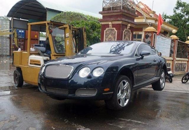 Hết đưa đò các tay vận chuyển tại Quảng Ninh lại nghĩ ra cách dùng xe nâng để bê chiếc xe thể thao siêu sang Bentley Continental GT đến địa điểm tập kết.