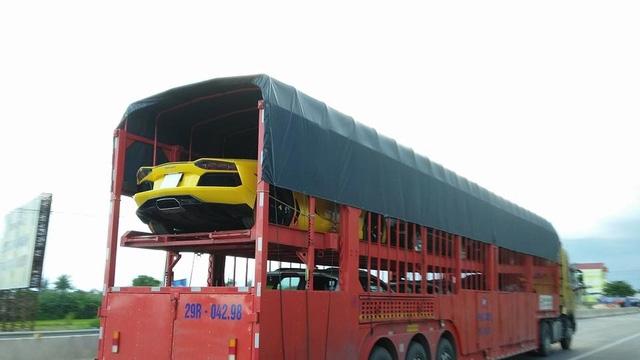 Lamborghini Aventador LP700-4 màu vàng trên đường ra Hà Nội khám bệnh.
