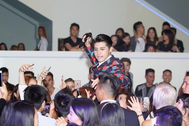 Noo Phước Thịnh điển trai, biểu diễn cuồng nhiệt trước sự chào đón của khán giả châu Âu - Ảnh 5.