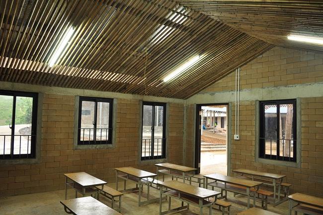 Cận cảnh ngôi trường độc đáo và đẹp như một đoá hoa dành cho trẻ em Lũng Luông - Ảnh 7.