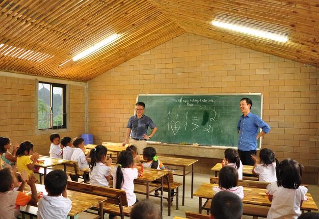 Cận cảnh ngôi trường độc đáo và đẹp như một đoá hoa dành cho trẻ em Lũng Luông - Ảnh 8.