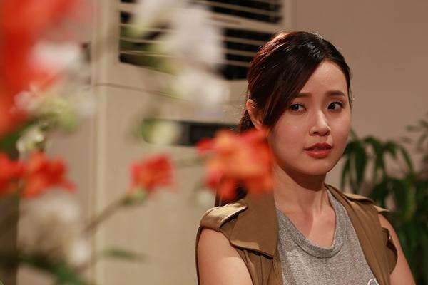 Mi Du sau những ồn ào về chuyện tình yêu với Phan Thành, cô đã quay trở lại với showbiz với vai Linh Đan một nữ cảnh sát trẻ trong Bí ẩn song sinh. Đây là bộ phim điện ảnh thứ 2 sau Thiên mệnh anh hùng Mi Du vào vai đả nữ trên màn ảnh rộng.
