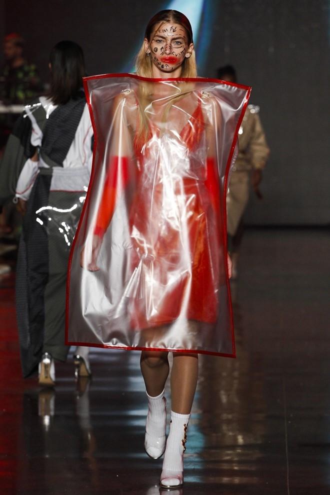 Nguoi mau de nguc tran tren san dien New York Fashion Week hinh anh 3