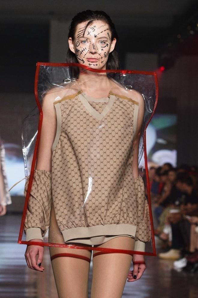 Nguoi mau de nguc tran tren san dien New York Fashion Week hinh anh 4