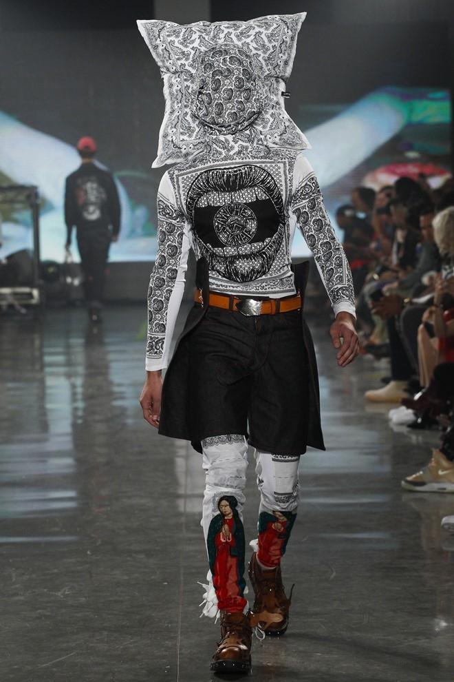 Nguoi mau de nguc tran tren san dien New York Fashion Week hinh anh 5