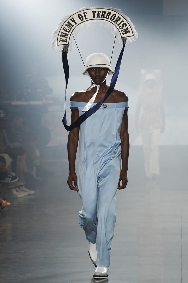 Nguoi mau de nguc tran tren san dien New York Fashion Week hinh anh 7