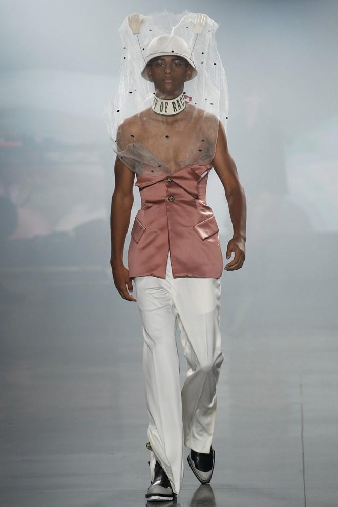 Nguoi mau de nguc tran tren san dien New York Fashion Week hinh anh 8
