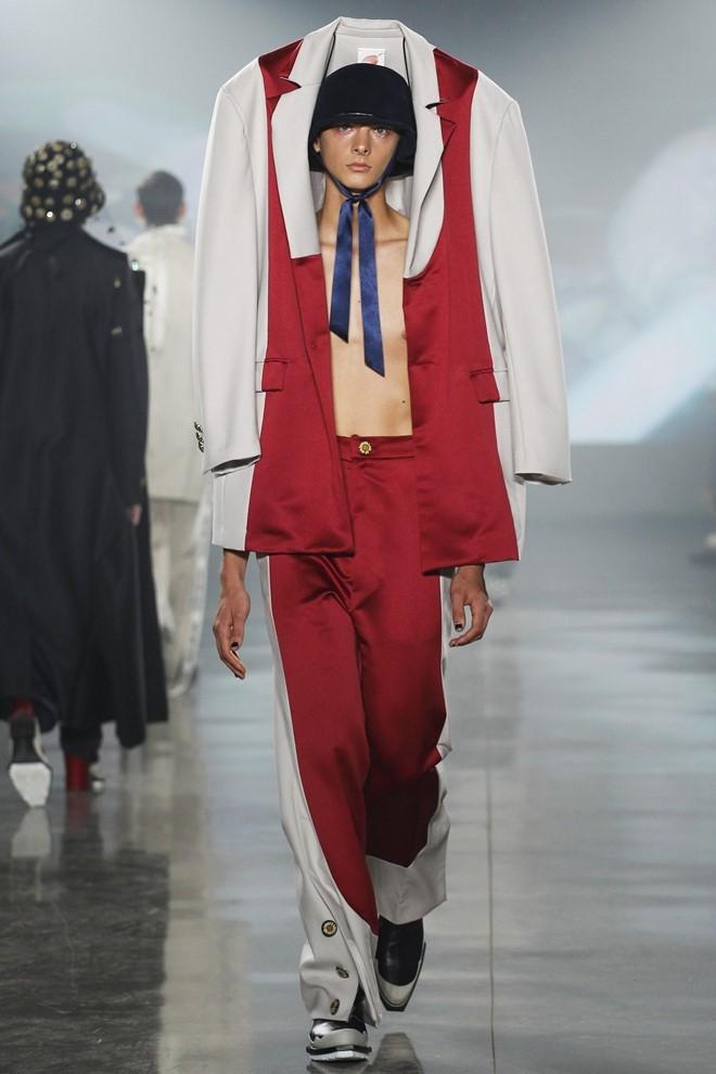 Nguoi mau de nguc tran tren san dien New York Fashion Week hinh anh 9