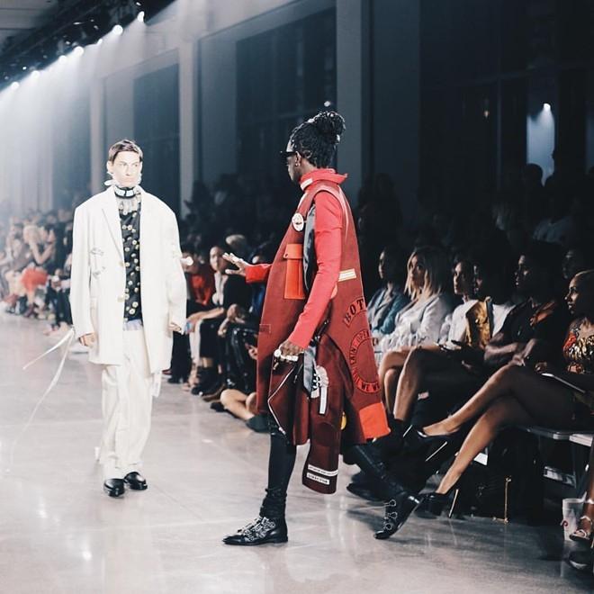 Nguoi mau de nguc tran tren san dien New York Fashion Week hinh anh 10