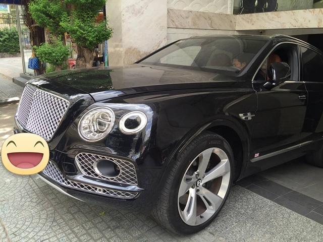 Chiếc Bentley Bentayga màu đen mởi ra biển tại Sài Gòn.