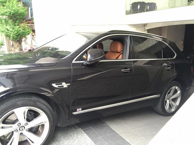 Bên sườn xe có biểu tượng quốc kỳ Anh và mâm 22 inch 5 chấu như Bentley Bentayga First Edition.
