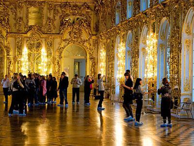 Khách Trung Quốc cho con tiểu trên sàn cung điện hoàng gia Nga