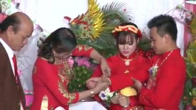Clip: Bố mẹ tặng 300 lượng vàng và 50.000 USD làm của hồi môn cho con gái - Ảnh 3.