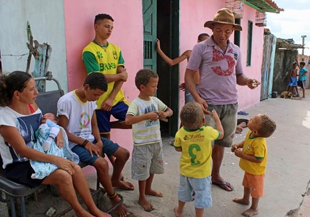 Irineu Cruz, 40 tuổi, đặt tên cho 13 cậu con trai đều bắt đầu với chữ R bởi anh phát hiện các ngôi sao bóng đá Brazil đều có tên bắt đầu bằng chữ R như Rivaldo, Roberto Carlos, Ronaldinho hay Robinho. Gần như tất cả các cầu thủ giỏi nhất của Brazil đều như vậy, con trai của tôi cũng có cái tên bắt đầu bằng chữ R, Irineu Cruz nói. (Nguồn: The Sun)