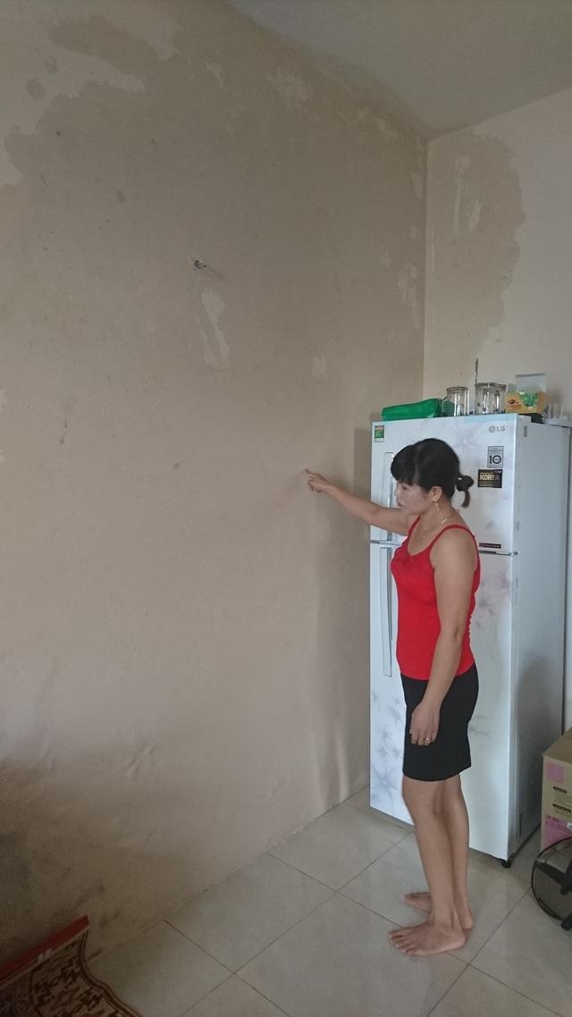 Một mảng tường lớn nhà chị Thúy bị thấm nước.