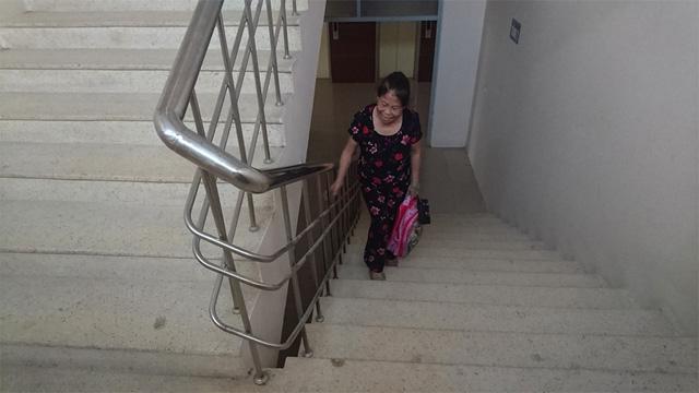 Cụ già này đã tỏ ra mệt mỏi khi mới leo cầu thang bộ lên tới tầng 5, nhà cụ ở tầng 8.