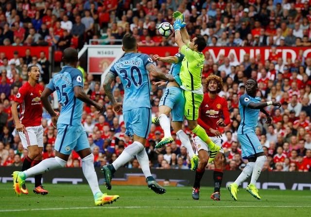 MU vs Man City (1-2, HT): Bravo mac loi, Ibrahimovic ghi ban hinh anh 2