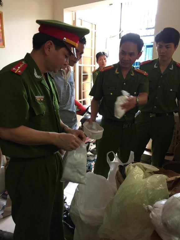 Cảnh sát môi trường bắt quả tang chất cấm tại một sơ sở bán thức ăn chăn nuôi (Ảnh: C49)