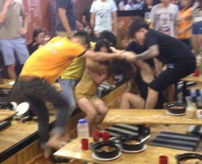 Hai cô gái đại chiến dữ dội tại quán mì cay ở Hà Nội - Ảnh 1.