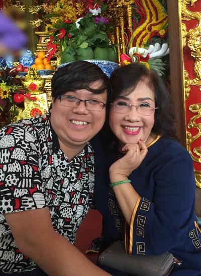 Diễn viên Gia Bảo và Nghệ sĩ Nhân dân Lệ Thủy tại nhà thờ tổ của Hoài Linh sáng 11/9.