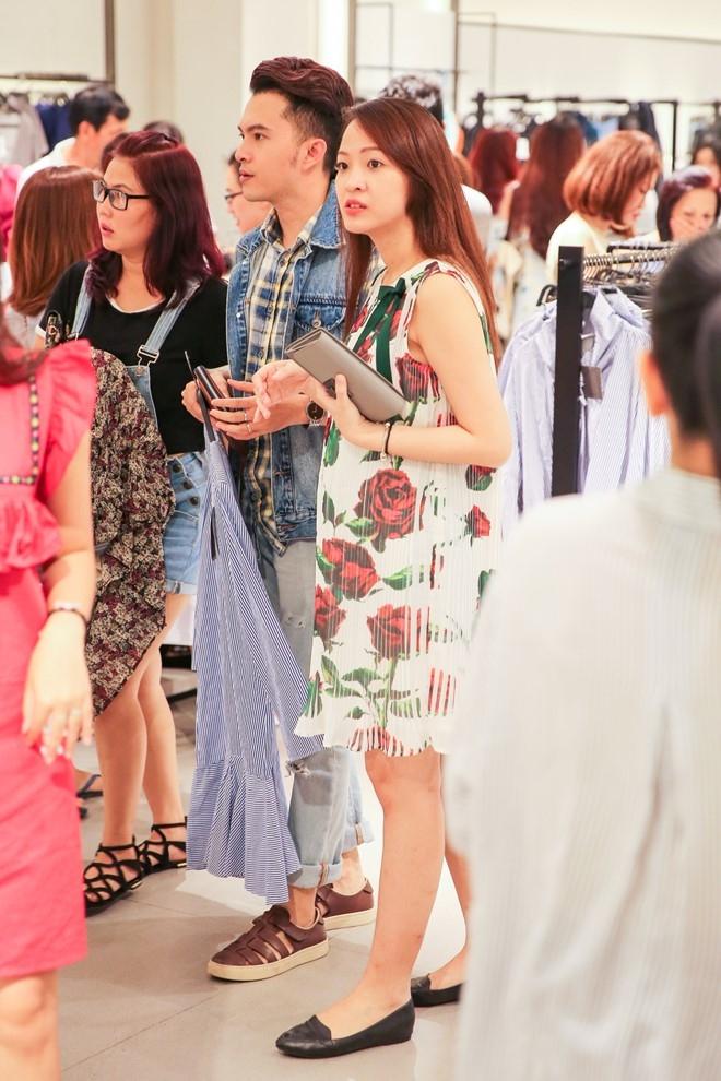 Nam Cuong cung vo mang bau 4 thang di mua sam hinh anh 1