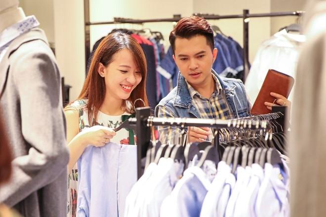 Nam Cuong cung vo mang bau 4 thang di mua sam hinh anh 4