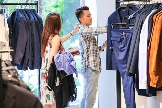 Nam Cuong cung vo mang bau 4 thang di mua sam hinh anh 5