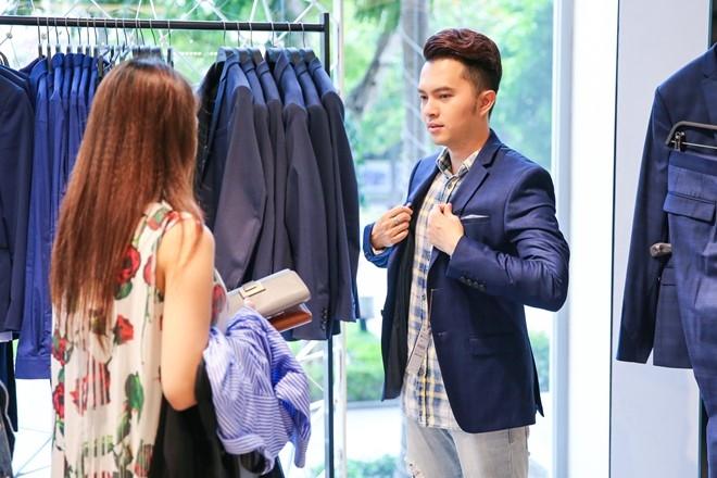 Nam Cuong cung vo mang bau 4 thang di mua sam hinh anh 6