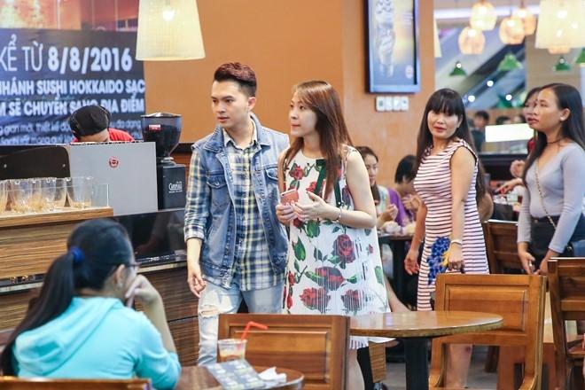 Nam Cuong cung vo mang bau 4 thang di mua sam hinh anh 7