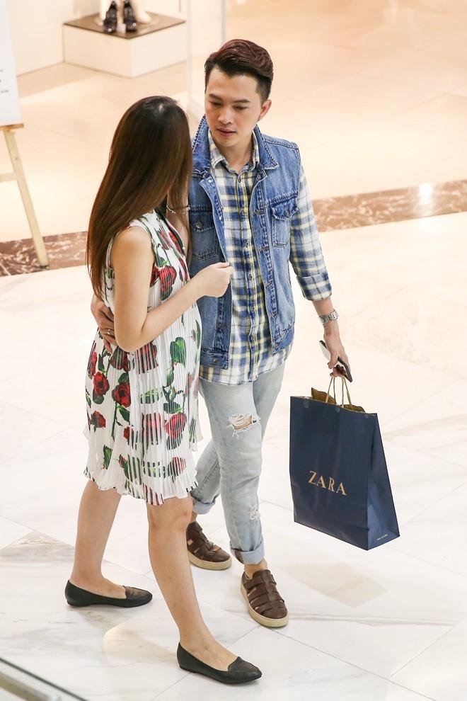 Nam Cuong cung vo mang bau 4 thang di mua sam hinh anh 8