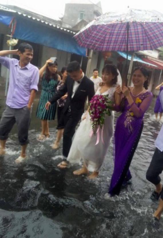 Người ta đám cưới linh đình, tôi đây mưa ngập nhưng mà vẫn vui - Ảnh 1.