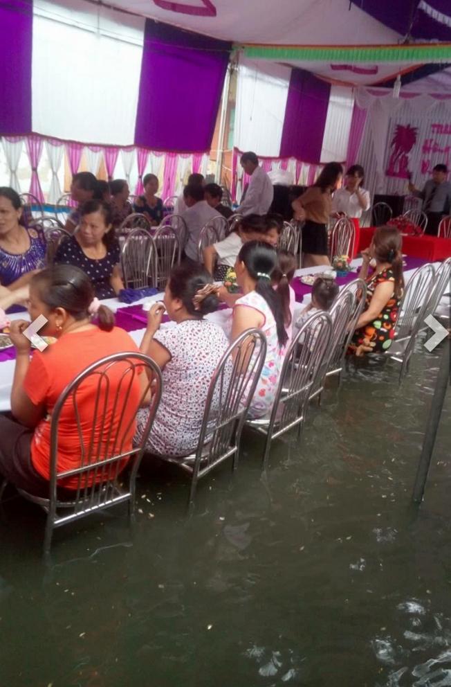 Người ta đám cưới linh đình, tôi đây mưa ngập nhưng mà vẫn vui - Ảnh 3.