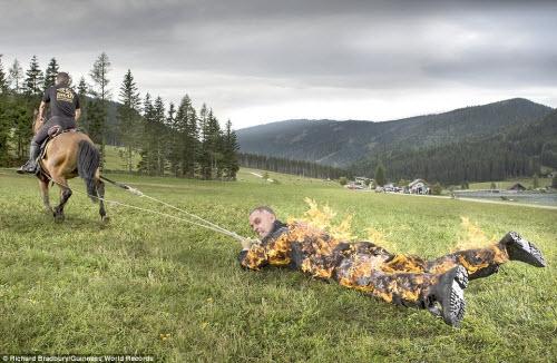 Josef Todtling, đến từ Áo, đã lập kỷ lục bị ngựa kéo lê xa nhất thế giới (500m) trong khi cơ thể đang bốc cháy. Ông đã bảo vệ cơ thể bằng nhiều lớp quần áo và gel làm mát.
