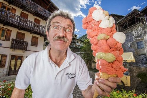 Ông Dimitri Panciera, 54 tuổi, có thể chất 121 viên kem trên một cái bánh ốc quế. Kỷ lục của ông được lập tại lễ hội kem Gelatiamo được tổ chức ở thị trấn quê nhà Forno di Zoldo, Italia.
