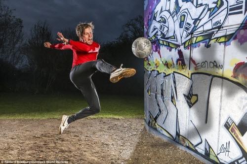 John Farnworth, 30 tuổi, có thể tung ra 28 cú đá vô lê liên tục trong vòng chưa đầy 30 giây. Chàng trai người Anh này cũng đang giữ kỷ lục người kiểm soát bóng trên dây lâu nhất thế giới.