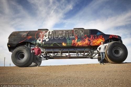 Chiếc xe tải quái vật dài nhất thế giới (9,75m) do Brad và Jen Campbell ở Mỹ chế tạo.