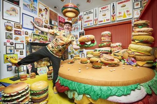 Harry Sperl, đến từ Đức, là người sở hữu bộ sưu tập vật dụng liên quan tới hamburger lớn nhất thế giới. Ông có tổng cộng  3.724 đồ vật liên quan tới món ăn này từ đệm, áo thun, đồ chơi.