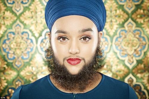 Danh hiệu người phụ nữ trẻ nhất thế giới có râu rậm và dài thuộc về cô Harnaam Kaur, ở Slough, Berkshire, Anh. Phần râu dài nhất của cô gái này là hơn 12cm, khi cô được 24 tuổi 282 ngày.