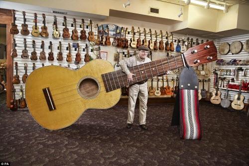Lawrence Stump, đến từ thành phố Lansing ở Mỹ, sở hữu chiếc đàn ghi ta lớn thế giới với chiều dài gần 4m.