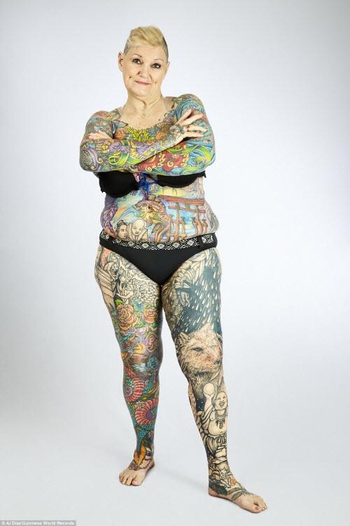 Charlotte Guttenberg và Chuck Helmke, đến từ bang Florida ở Mỹ, được xác định là những người cao tuổi sở hữu nhiều hình xăm trên cơ thể nhất trên thế giới. Bà Guttenberg (ảnh), 67 tuổi, có 91,5% cơ thể được phủ bằng hình xăm, trong khi ông Helmke, 76 tuổi, có 93,5% cơ thể được che bằng hình xăm.
