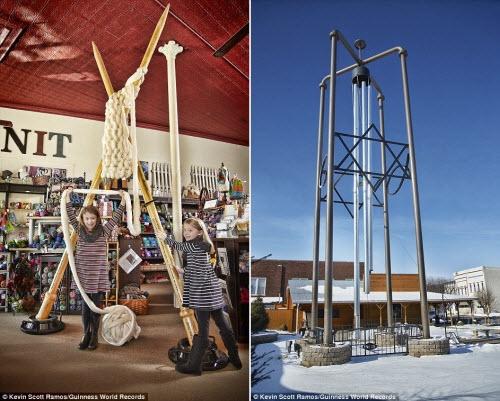 Cặp kim đan len lớn nhất thế giới (trái) có chiều dài gần 4m được chế tạo bởi Jeanette Huisinga. Chiếc chuông gió lớn nhất thế giới với chiều cao 13m được trưng bày tại thị trấn Casey, bang Illinois, Mỹ.
