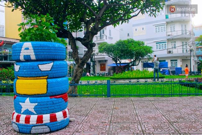 Những siêu anh hùng làm bằng lốp xe cũ vô cùng đáng yêu trên đường phố Sài Gòn - Ảnh 2.