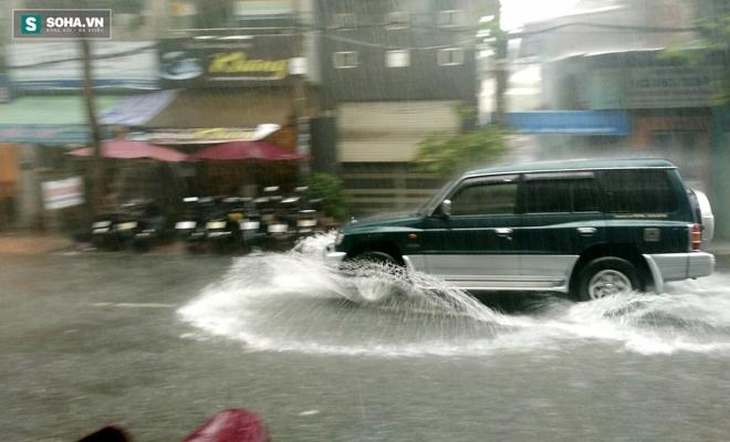 Sài Gòn mưa suốt 2 giờ, công nhân móc rác ở cống để thoát nước - Ảnh 1.